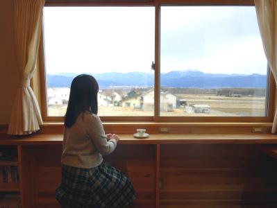 2階の広い窓からは南アルプスが一望できます。ケヤキ1枚板のカウンターで幸せなティータイムを