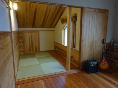 傾斜した板張り天井の小部屋は山小屋のイメージ。なぜか落ち着きます