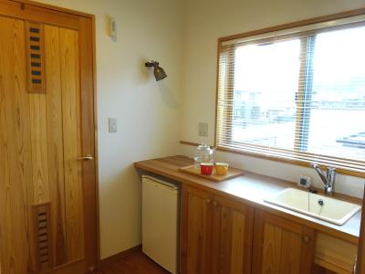 2階には多目的カウンターを作りました。サブキッチンとしても活用できます