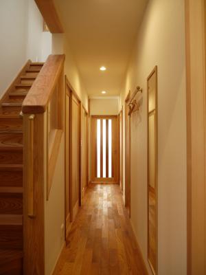 廊下と階段は少し幅広に作りました。ケヤキの無垢板は表情豊かです