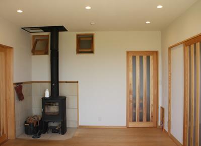 薪ストーブにあたりながら思い思いの場所でくつろげます。暖気を家中に回すための工夫をこらしました