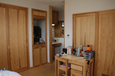 リビングの隣はお母様のお部屋。独立した水回りには小型冷蔵庫も備え便利に生活できます